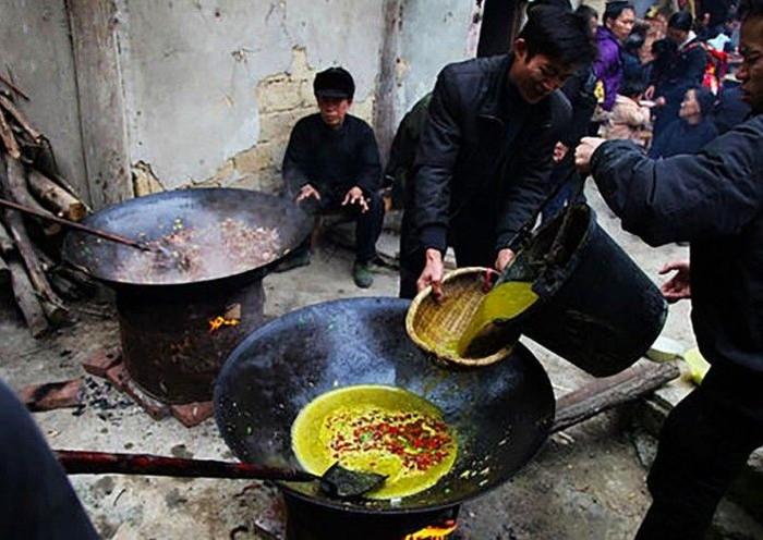 Sajian ini berasal dari Miao, orang dari Barat Daya China yang diberi nama OX Dung Hotpot (hotpot kotoran sapi). Sesuai namanya, kuah hotpotnya terbuat dari air perasan kotoran yang ada pada hewan pemakan rumput seperti sapi. Foto: Istimewa