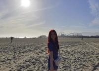 Jisoo pun berfoto dengan latar pantai dan bianglala yang menjadi ikonik pantai ini. Walau wajahnya tidak terlihat jelas, tapi Jisoo tetap memukau bukan? (sooyaaa__/Instagram)