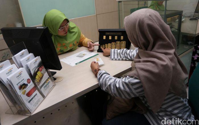 Pegawai Mandiri Syariah tengah melayani nasabah yang bertransaksi Gadai Emas di Kantor Cabang Mandiri Syariah Area Mayestik Jakarta, Selasa (23/4/2019).