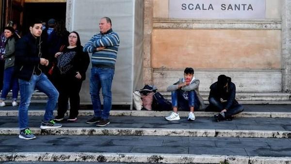 Dahulu, tangga ini ditutupi oleh papan kayu sejak tahun 1723. Hal ini diputuskan oleh Paus Innosensius XIII karena banyaknya peziarah yang datang mengunjungi tangga suci (CNN/TIZIANA FABI/AFP/AFP/Getty Images)