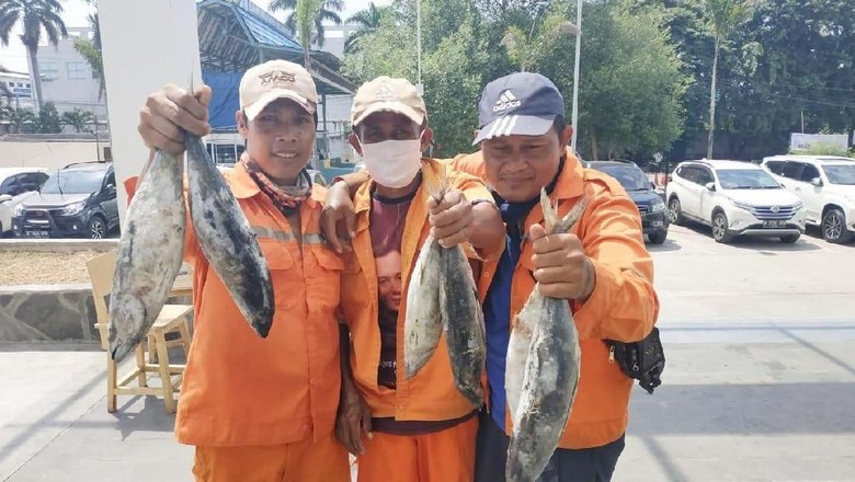 Aksi tukar sampah dengan ikan di Pasar Ikan Muara Baru (dok. Perum Perindo)