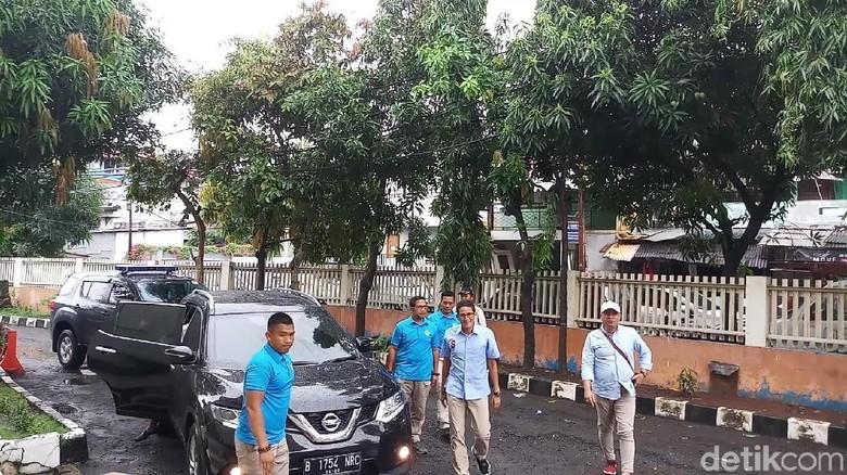 Sandiaga Semangati Relawan yang Kawal C1 di GOR Radio Dalam