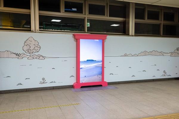 Juga di sini terpasang Pintu Ke Mana Saja yang ditempelkan di dinding stasiun. Tidak hanya di dinding, Pintu Ke Mana Saja ada di lift stasiun. Ayo, traveler mau kemana dengan pintu ini? (Shinjuku, Hakone, Enoshima-Kamakura Sightseeing: Odakyu/Facebook)