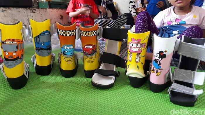 Jadilah sepatu orthosis unik spesial untuk anak pengidap celebral palsy yang diberikan cuma-cuma oleh DARE Foundation. Foto: Widiya Wiyanti/detikHealth