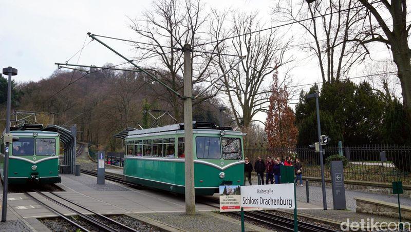 Untuk menuju ke sini, traveler bisa naik kereta Drachenfelsbahn. Tiketnya 10 Euro (Rp 158 ribuan) saja. Kastil Drachenburg ada di pemberhentian pertama. (Wahyu Setyo/detikcom)