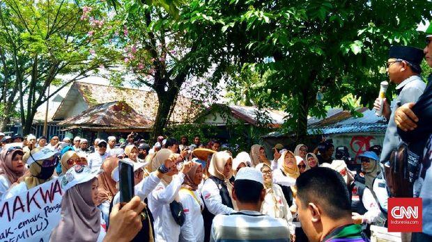 Barisan Emak-Emak Pendukung Prabowo Komando Barisan Rakyat Anti Pemilu Curang (Kobarkan Perang) dalam aksi demo di depan KPU Palembang.