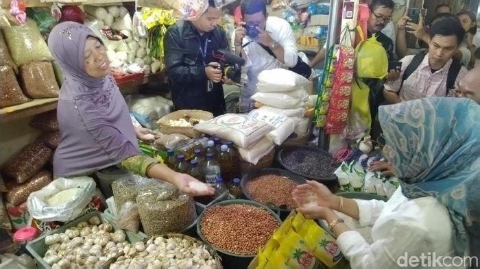 Foto: Operasi Pasar Bawang Putih di Semarang (Angling Adhitya Purbaya/detikFinance)