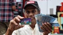 Senyum Cerah Kakek-Nenek Terima Kartu Lansia Jakarta
