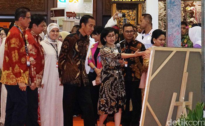 Direktur Retail Banking BNI Tambok P Setyawati (batik hitam) mendampingi Presiden Republik Indonesia Joko Widodo mengunjungi salah satu mitra dari Rumah Kreatif BUMN (RKB) binaan BNI di acara Pameran kerajinan tangan terbesar di Indonesia (INACRAFT) 2019, Rabu, Jakarta (24/4/2019).