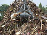 Sampah Menggunung di Pintu Air Manggarai Mulai Kasur hingga Kulkas