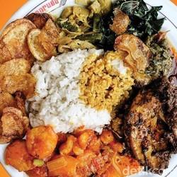 Kalori dalam Sebungkus Nasi Padang, Beneran Bikin Gemuk Nggak Sih?
