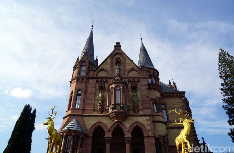Inilah Schloss Drachenburg alias Kastil Drachenburg yang berada di Koenigswinter, Jerman. Kastil ini dibangun pada tahun 1882 dan masih bertahan sampai sekarang. (Wahyu Setyo/detikcom)