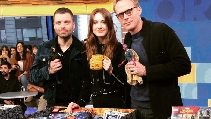 Aktris cantik 31 tahun ini nampak memegang mug kuning unik. Mug berbentuk sarung tangan Thanos dengan banyak lampu ini jadi pusat perhatian. Foto: Instagram karengillanofficial