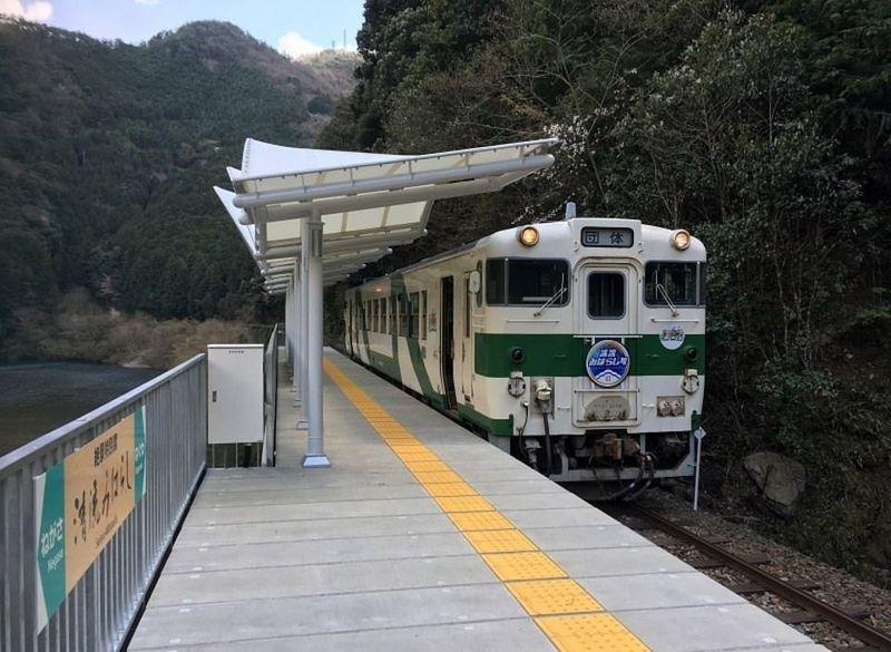 Inilah Stasiun Seiryu-Miharashi yang unik di Jepang. Stasiun ini dibangun tanpa pintu masuk atau keluar, tidak ada mesin tiket juga. Tapi pemandangannya indah banget. (dok. Nishikigawa Railway)