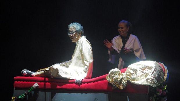 Teater Gandrik merayakan hari jadi yang ke-36 tahun ini. Untuk merayakannya, pertunjukan karya terbaru yang berjudul 'Para Pensiunan 2049' digelar. Siap nonton nanti malam?