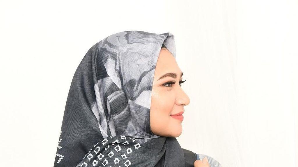 Gaya Hijab Angkie Yudistia, Penyandang Disabilitas yang Jadi CEO