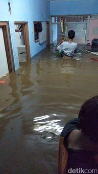 Warga Rawajati Sempat Kebanjiran. Air Kini Sudah Surut