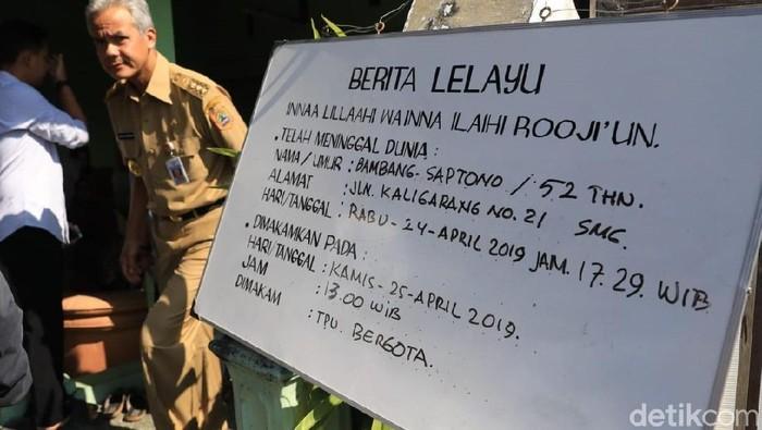 Gubernur Jawa Tengah, Ganjar Pranowo melayat anggota KPPS yang meninggal dunia akibat kelelahan, (25/4/2019). (Foto: detikcom)