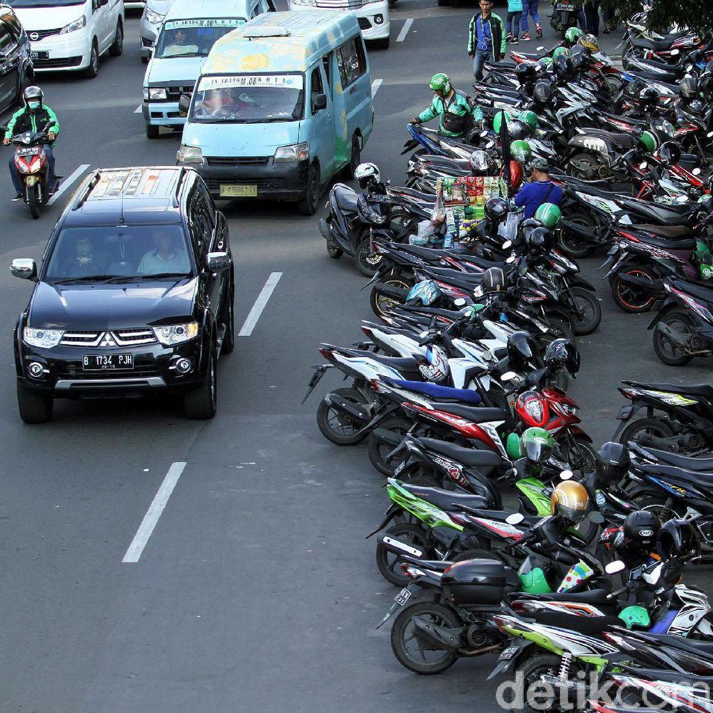 Ojol Sampai PKL Duduki Jalan Gajah Mada