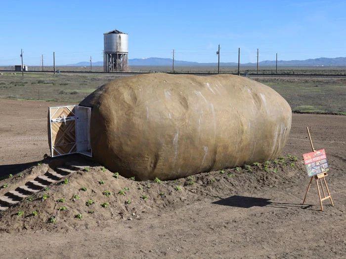 Ada sebuah hotel unik di Amerika Serikat. Hotel tersebut terbuat dari kentang berukuran raksasa dan dinamai Big Idaho Potato Hotel. Istimewa/Dok. Boredpanda.