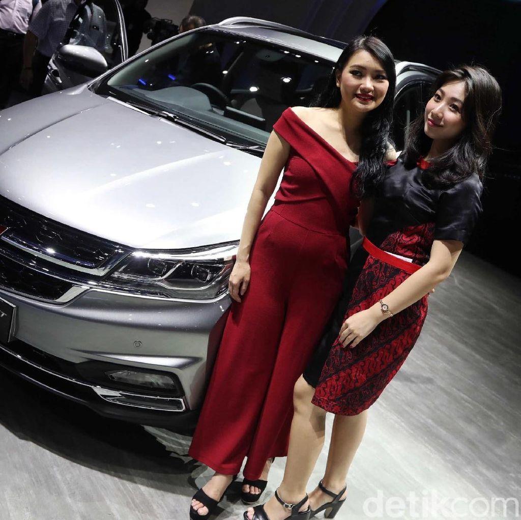 Model Cantik dan Mobil Anyar Wuling