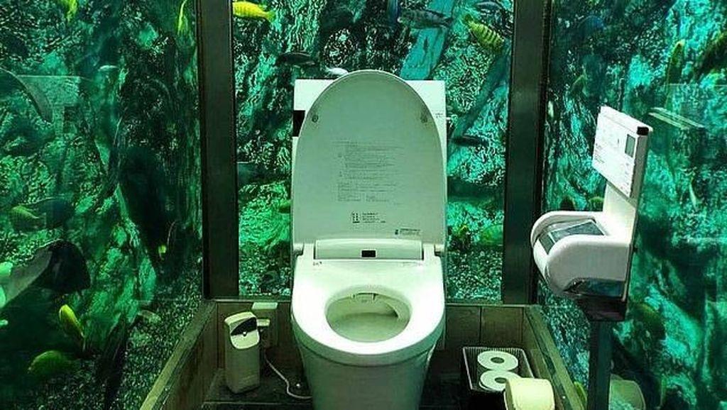 Cuma di Jepang, Ada Toilet yang Dikelilingi Akuarium