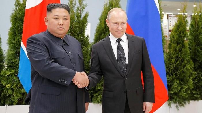 Russian President Vladimir Putin and North Koreas leader Kim Jong Un shake hands during their meeting in Vladivostok, Russia,  April 25, 2019.  Alexander Zemlianichenko/Pool via REUTERS