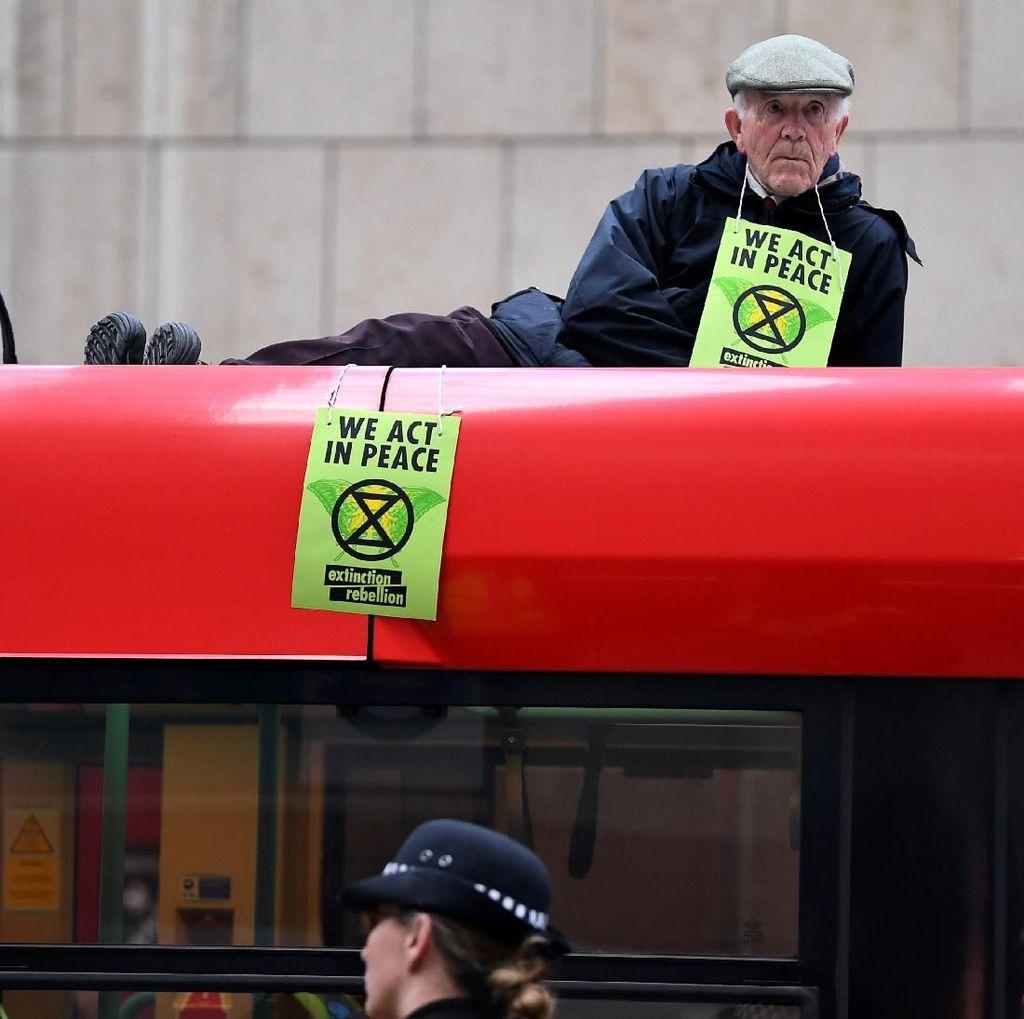 Aksi Aktivis Lingkungan Nempel di Kereta Bikin Heboh London