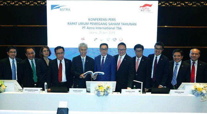 Presiden Direktur PT Astra International Tbk Prijono Sugiarto (tengah) didampingi direksi seusai melaksanakan Rapat Umum Pemegang Saham Tahunan (RUPST) Astra 2019 di Jakarta (25/4). Pool/Astra.