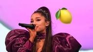 Ngakak! Saat Bibir Ariana Grande Terbentur Mic Sendiri
