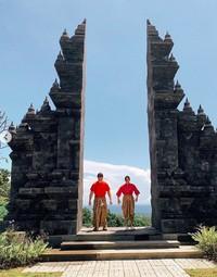 Liza tidak menyebutkan lokasinya dimana. Namun sepertinya dia berfoto di STI Vihara Buddhavamsa Singaraja, sebuah vihara di Buleleng, Bali. (lizasoberano/Instagram)