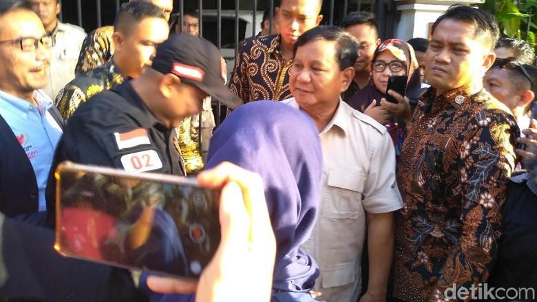 Tiba di Kertanegara, Prabowo Sapa Relawan dan Diajak Foto Bareng
