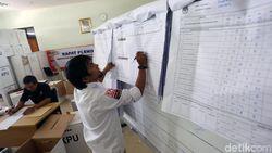 Intip Sibuknya Rekapitulasi Surat Suara di Kecamatan Menteng