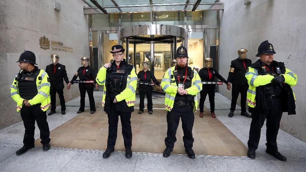 Demo Anti-Vaksin di London Berujung Ricuh, 4 Polisi Terluka