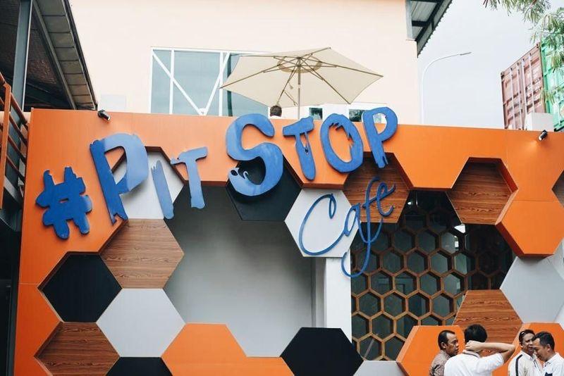 Inilah Pit Stop Cafe, tempat nongkrong kekinian di kawasan pelabuhan di Tanjung Priok. Traveler bisa nongkrong di sini akhir pekan ini. (dok. IPCC)