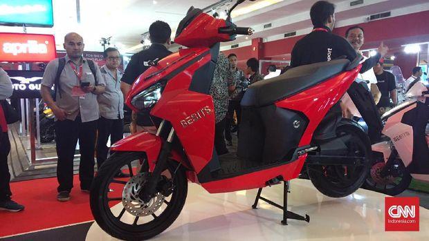 Gesits Technologies Indo (GTI) resmi meluncurkan skuter matik bertenaga listrik di Jakarta, Kamis (25/4).