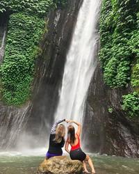 Bersama temannya berfoto di salah satu air terjun di Bali. Duh Liza, kamu kok nggak menyebutkan lokasi detailnya sih? (diandragil/Instagram)