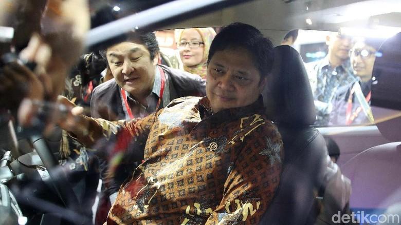 Menperin duduk di kabin Nissan Livina Foto: Pradita Utama