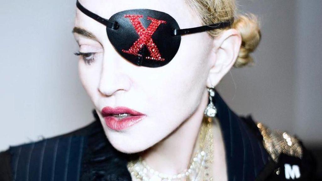 Foto: Gaya Baru Madonna, Kini Bermata Satu Bak Bajak Laut