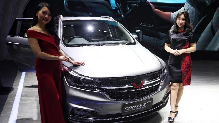 Wuling Motors Indonesia menghadirkan Wuling Confero ACT dan Wuling Cortez CT di IIMS 2019. SPG cantik turut mendampingi mobil anyar Wuling.