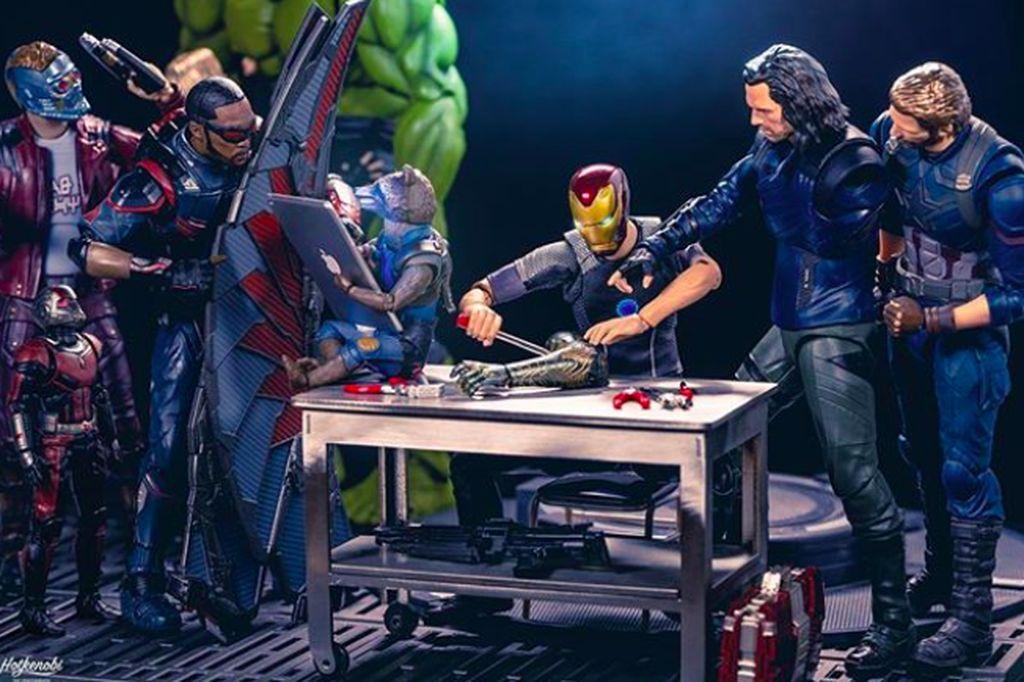 Bernama online hot.kenobi, Instagrammer ini dikenal suka membuat adegan lucu action figure koleksinya. Follower di akun @hot.kenobi sudah lebih dari 147 ribu. Ini tampak Tony Stark sedang dibantu memperbaiki armor Iron Man. Foto:hot.kenobi