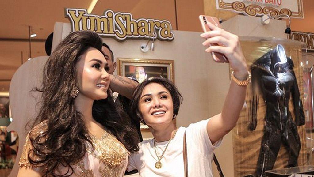 Kembar! Yuni Shara Selfie dengan Diri Sendiri di Museum Musik Dunia