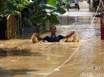 Potret Warga Pejaten Timur Beraktivitas di Tengah Banjir