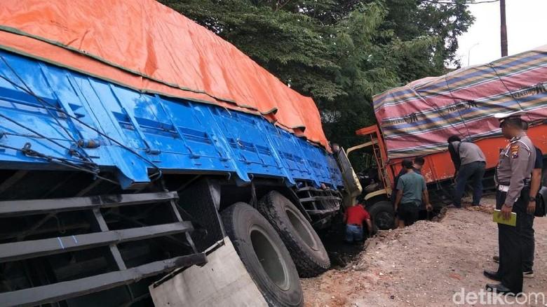 Kecelakaan Beruntun 4 Kendaraan di Gresik, Satu Pengemudi Terjepit