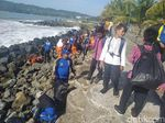Pemerintah-Warga Turun Tangan Atasi Sampah di Pantai Pangandaran