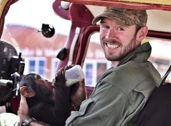 Ternyata bayi simpanse ini dia selamat dari alam liar dan simpanse tersebut yatim piatu karena seluruh keluarga Mussa dibunuh pemburu liar. (anthonycaere/Instagram)