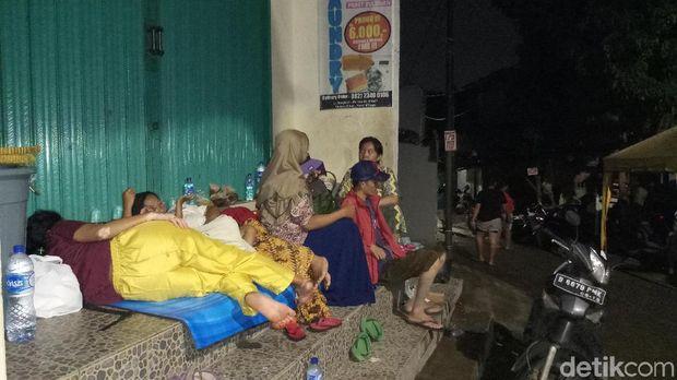Banjir di Pejaten Timur Surut, Sejumlah Warga Masih Mengungsi di Emperan Toko