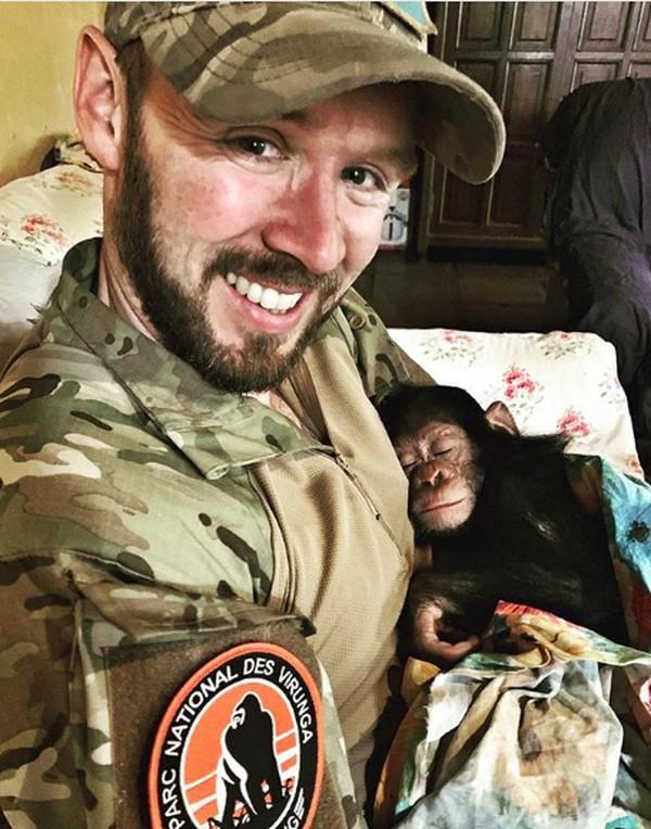 Dalam video yang beredar, alih-alih mengikat atau memasukan ke dalam kandang, Anthony malah memangku bayi simpanse bernama Mussa selama terbang. (anthonycaere/Instagram)