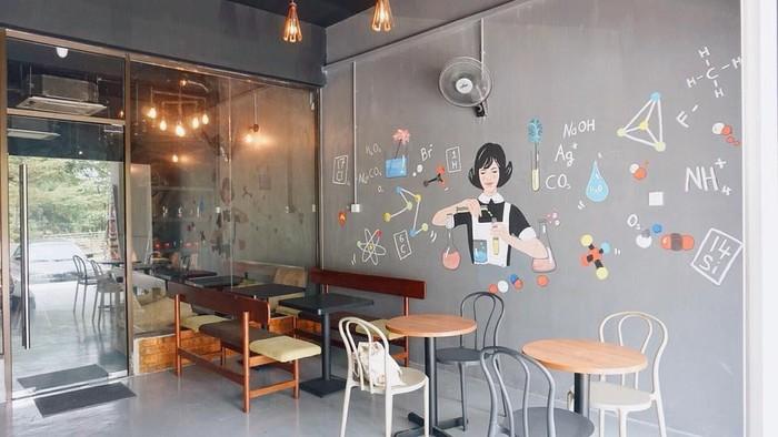 Chemistry Lab Cafes memiliki desain yang unik serba zat kimia. Gelas, panci dan perlatan laboratorium jadi pelengkap alat makan di sini. Meskipun bukan tema yang baru, tapi kafe ini banyak dikunjung anak-anak muda di Kuala Lumpur. Foto: Instagram @hiweareamuse