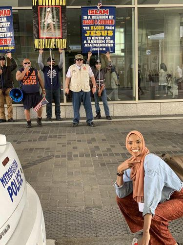 Cekrek! Hijabers Ini Nekat Berpose Senyum Depan Demo Anti-Islam di Amerika